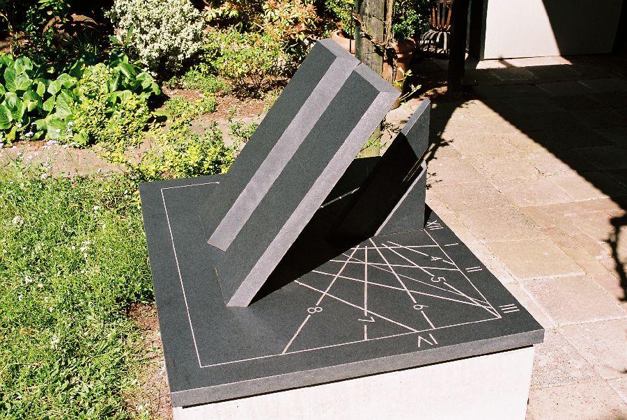 ZONNEWIJZER zwart graniet 80 x 60 x 45 cm